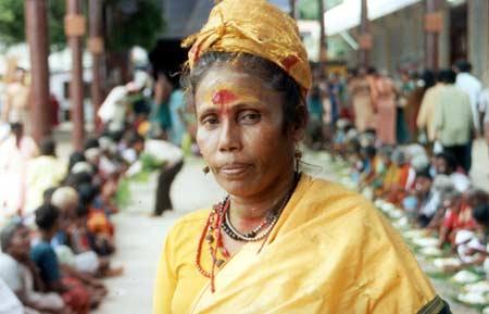 Thavatiru Muttu Irulaayi Ammaiyar coordinates annadanam at Tiruchendur Kanda Sashti